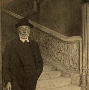 Miguel de Unamuno junto a la la escalera de la Universidad de Salamanca en el edificio de las Escuelas Mayores. a.1922