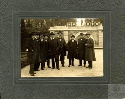 José Tudela,Juan Echevarría,Federico de Onís, Ignacio Zuloaga, Camilo Bargiela, Jose María Soltur y Pablo Uranga junto a Unamuno en el Retiro a.1915