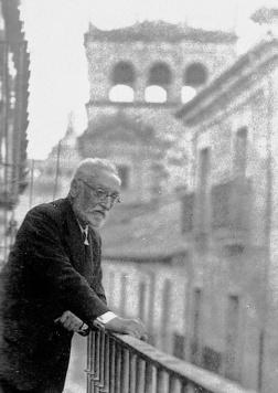 Don Miguel de Unamuno en el balcón de su casa de la calle Bordadores con el palacio de Monterrey al fondo. Fotografía de Cándido Ansede, c.1933