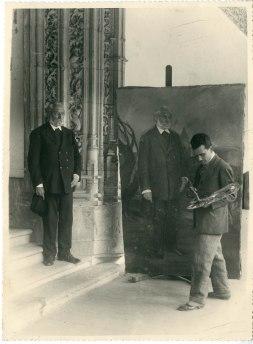 Unamuno posando para el pintor canario José Aguiar en la puerta de la biblioteca de la Universidad de Salamanca a.1934