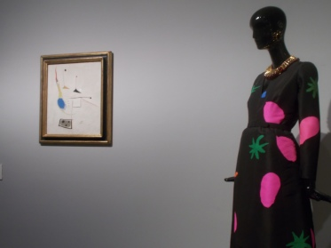 Vestido de noche realizado en tafetán (a.1971) y estampado inspirado en la obra de Joan Miró.