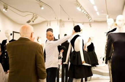 Hubert de Givenchy supervisando el montaje de la exposición junto a Igor Uría, conservador del Museo Cristóbal Balenciaga.