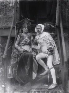 Walter Crane disfrazado de Cimabue y su mujer Mary Frances como Laura, el objeto de amor en los poemas de Petrarca (a.1897) Fotografía de Sir Emery Walker