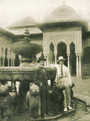Manuel de Falla con Léonide Massine en el Patio de los Leones de la Alhambra de Granada. Junio de 1916. Primer documento gráfico de la presencia de Falla en Granada