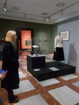 La comisaria Miren Arzalluz junto al traje Bar presentado por Dior en 1947.